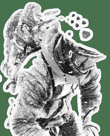 Альпинист преодолевает непогоду в горах