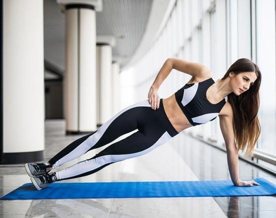 Планка на одной руке - хорошее упражнение для тренировки корпуса