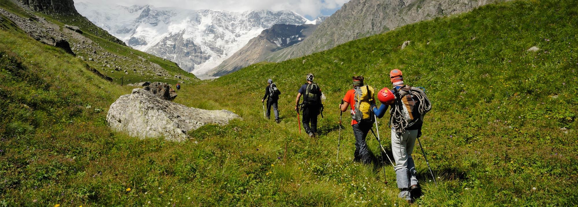 Изображена активная деятельность человека в горах, которая приводит к расходу энергии