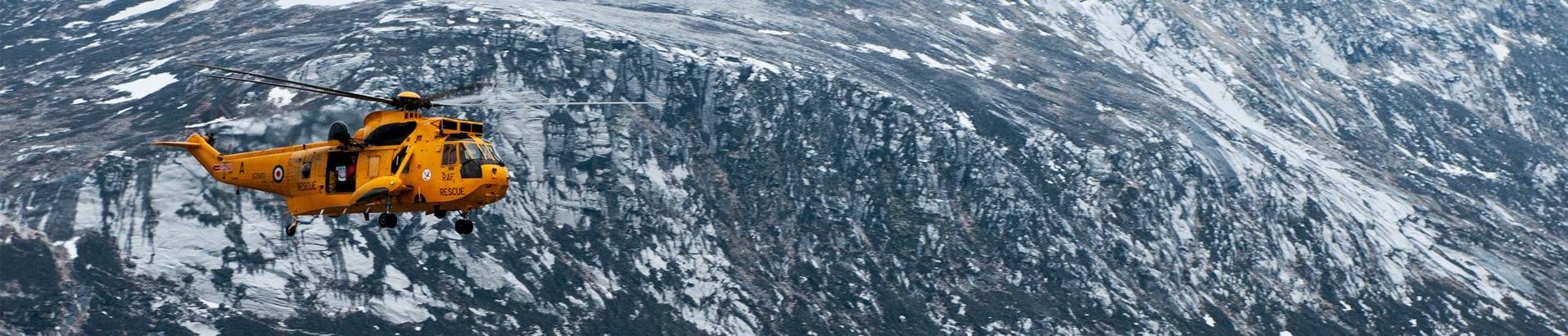 Вертолет спасателей в горной местности