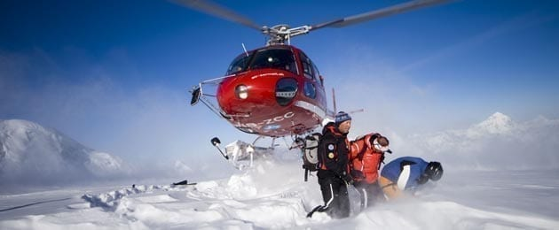 Спасатели на вертолете забирают на горе альпиниста