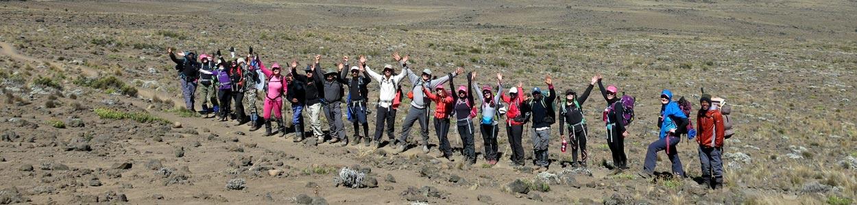 Группа гидов и клиентов при восхождении на Килиманджаро в Танзании