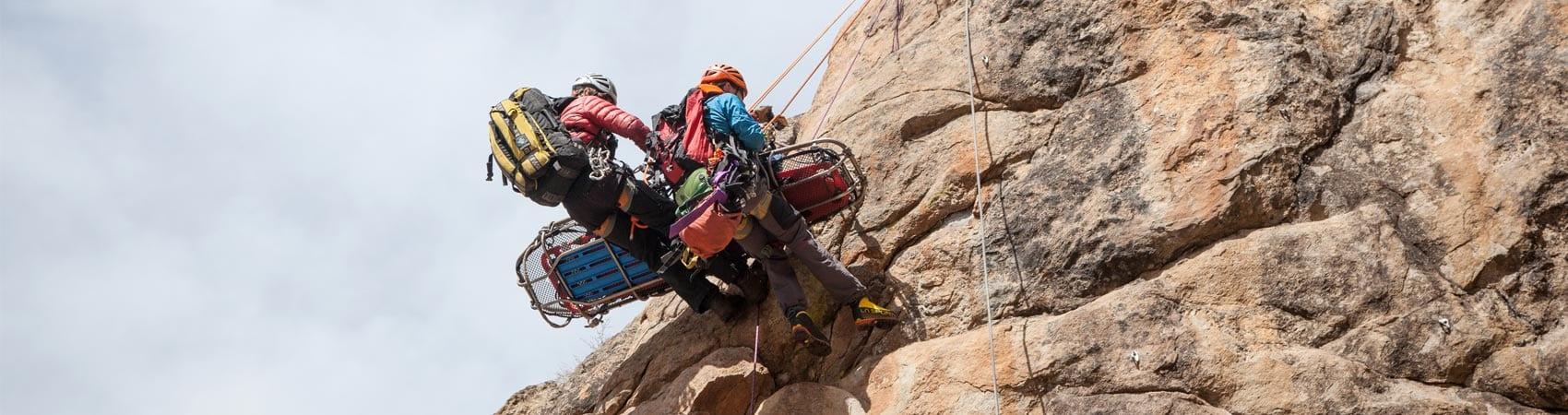 Альпинисты-спасатели спасают пострадавшего в горах