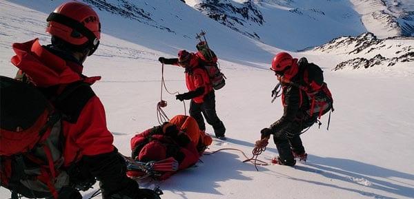 Спасатели в горах спускают пострадавшего